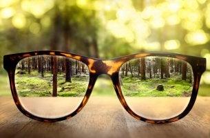 silmälaseilla näkymä kirkkaampi