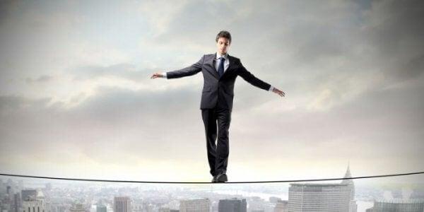 mies tasapainottelee nuoralla