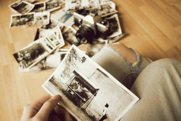 nainen katselee vanhoja valokuvia
