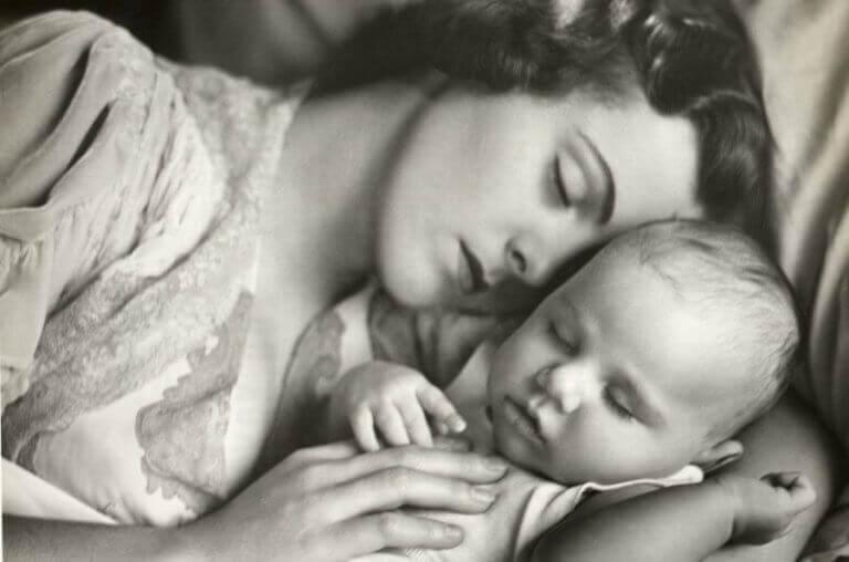 vauva ja äiti nukkuvat