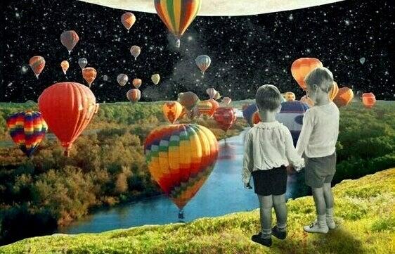 lapset katselevat kuumailmapalloja