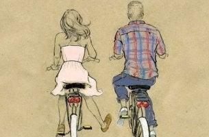 pari pyöräilee yhdessä