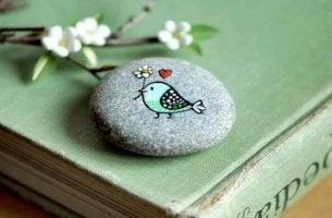 lintu piirrettynä kiveen