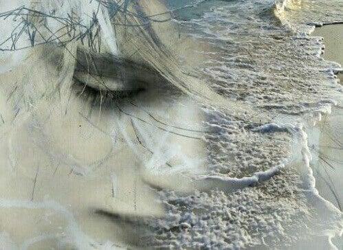 naisen kasvoilla on aaltoja ja oksia