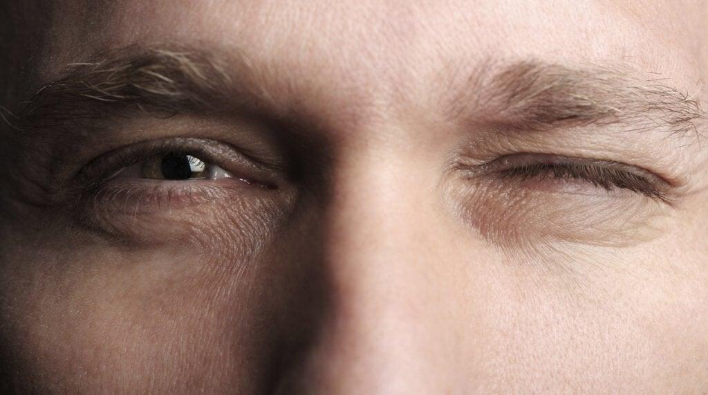 mitä ilmaisemme kun nikkaamme silmää