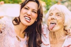 naisen ja mummon selfie yhdessä