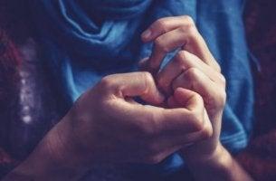 hermostuneen ihmisen kädet