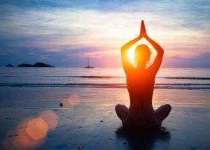 joogaa tai meditointia rannalla