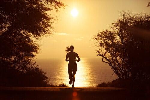 nainen juoksee rannalta