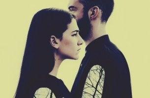 mies ja nainen käyttävät hiljaisuutta rangaistuksena