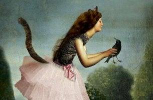 kissanainen pitelee lintua