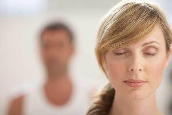 nainen on rauhallinen, sitä voisi sanoa itsekontrolliksi
