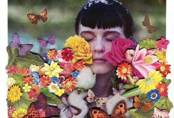 nainen on kukkien ja perhosten hukuttama