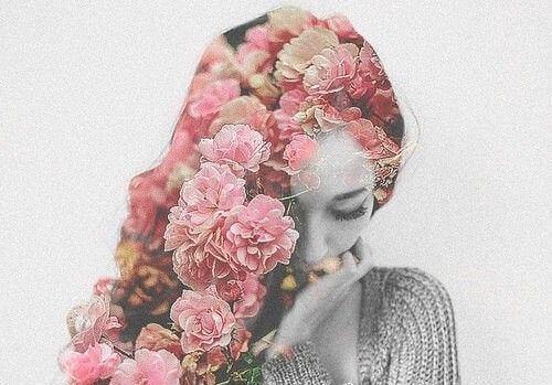 tytön hiukset ovat kukkia