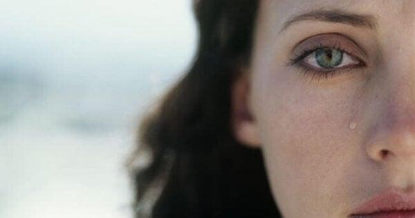 Nainen kyynel silmässä