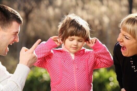 vanhemmat huutavat pienelle tytölleen