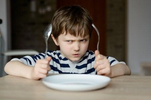 poika odottaa vihaisena ruokaa