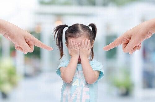 syyttävät sormet osoittavat pikkutyttöä
