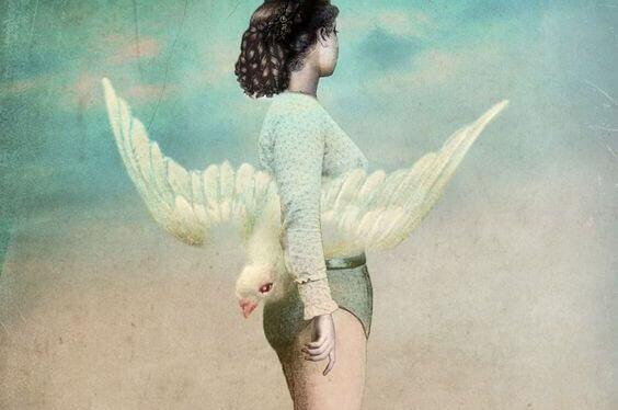 naisella on lintu kainalossaan