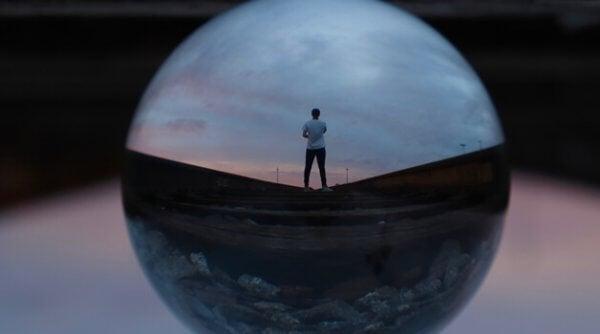 mies heijastuu palloon