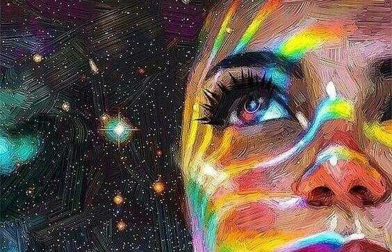 naisella värikkäitä raitoja kasvoillaan