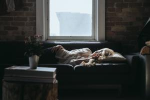 Sohvalla makaava nainen