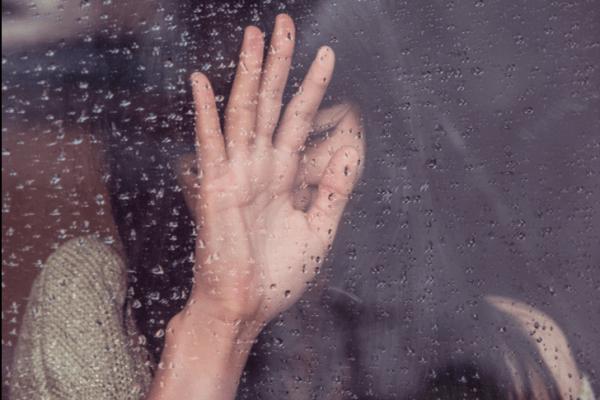 Nainen märässä ikkunassa