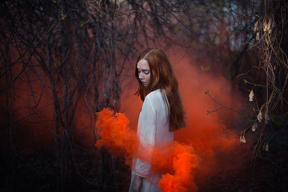 nainen ja punainen savu