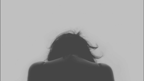 nainen näyttää masentuneelta