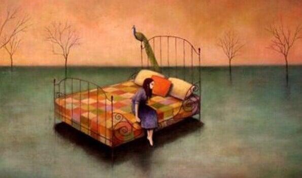sängyllä nainen ja riikinkukko