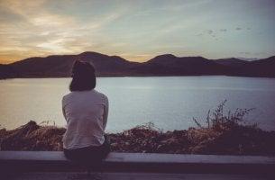 nainen katsoo maisemaa