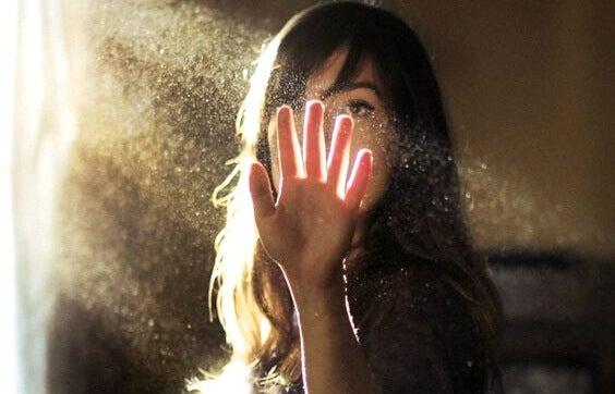 nainen koskettaa pölyä