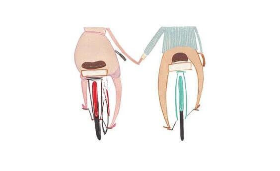 pyöräilijät käsi kädessä