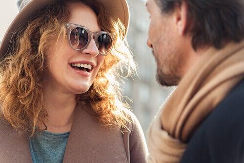 mies ja nainen keskustelevat