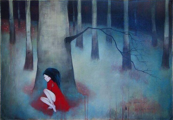 nainen yksin metsässä
