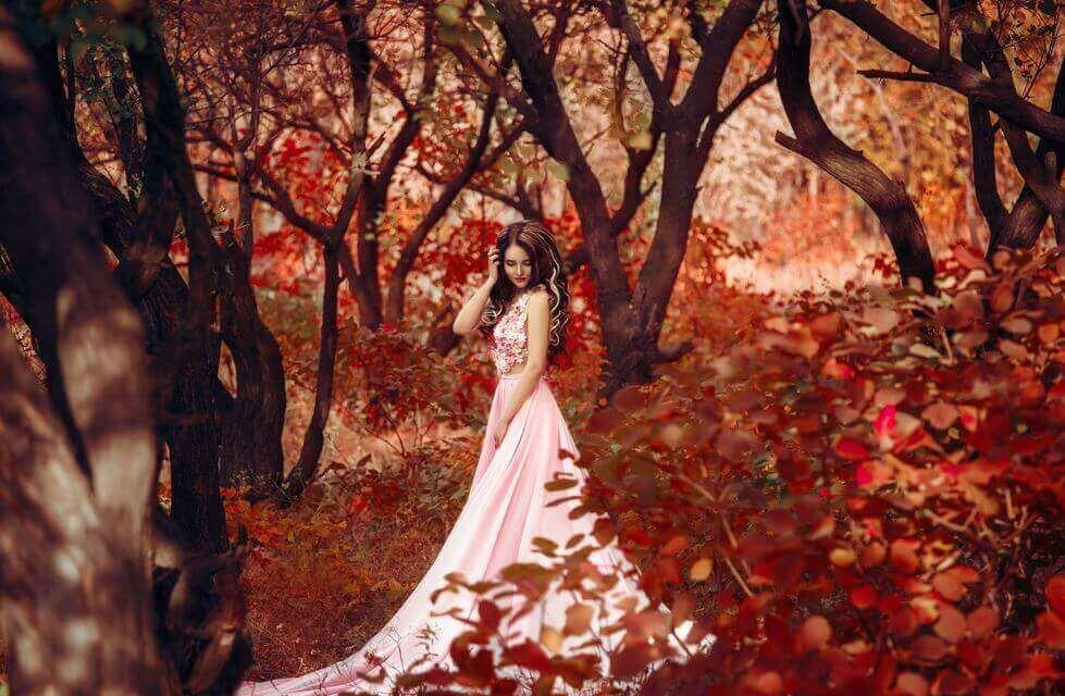 nainen syksyisessä metsässä