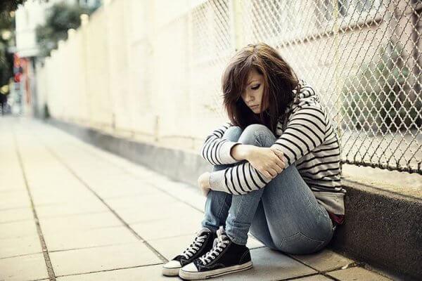surullinen teini yksin