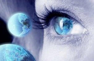 naisen silmä ja planeetat