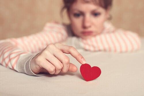 nainen ja pikkuruinen sydän