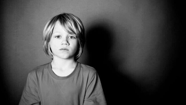surullisen näköinen poika