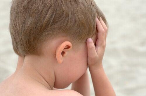 pieni poika itkee