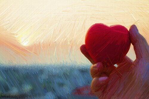 Käsi pitelee sydäntä