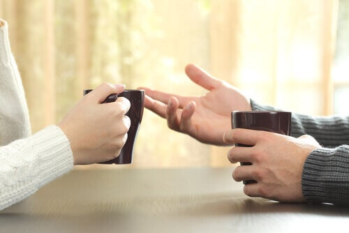 kaksi ihmistä keskustelee