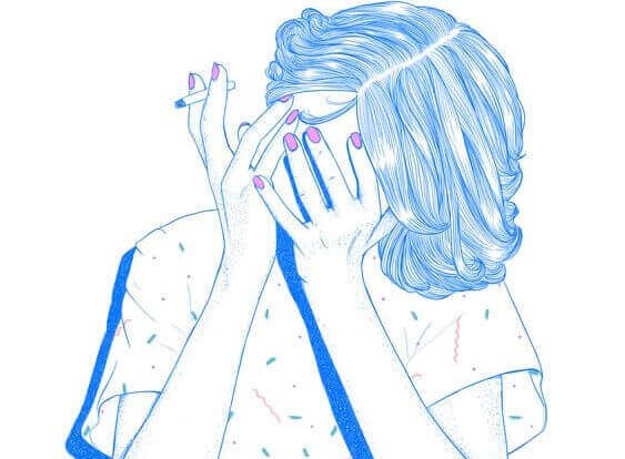 nainen tupakoi ja peittää kasvonsa