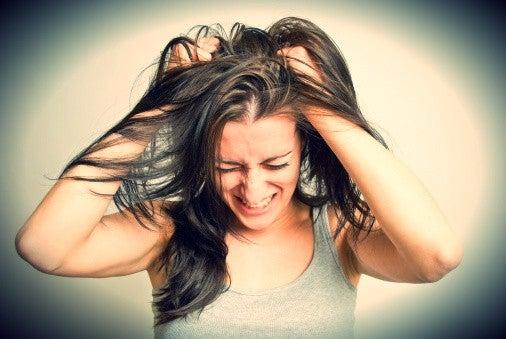 nainen repii hiuksiaan