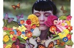 tyttö kukkien ja perhosten keskellä
