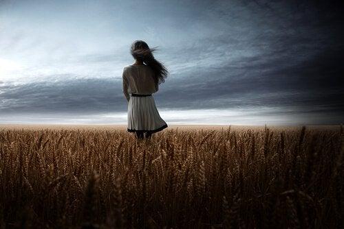 tyttö viljapellolla
