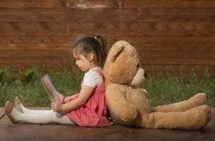 tyttö lukee nallelle