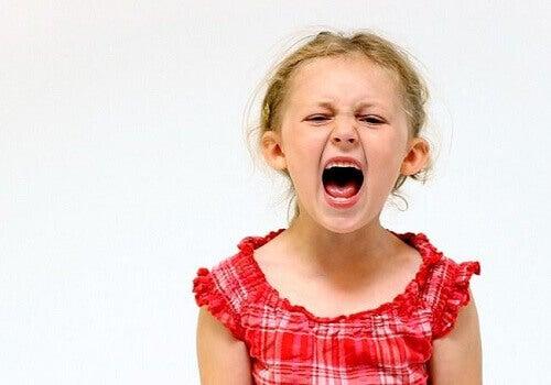 tyttö huutaa ja on turhautunut