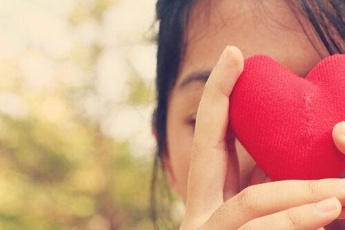 nainen sydämen takana